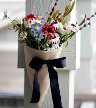 autumn-decoration-with-flowers-arrange-themselves-to-make-flower-arrangements-in-bags-0-1524995261