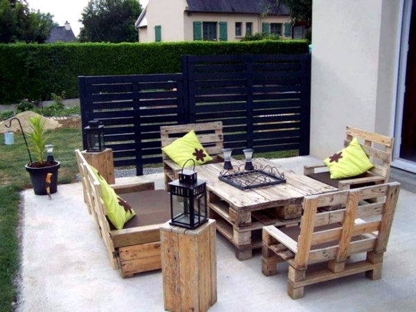 Bench made of wood pallets creates comfort and relaxation in the garden