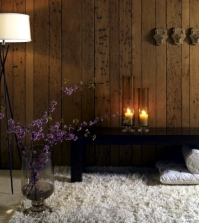 candle-light-and-wood-wall-decoration-in-the-home-to-create-a-cozy-atmosphere-0-1556348221