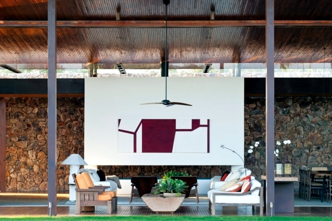Clad single storey house with a flat roof in Brazil in teak