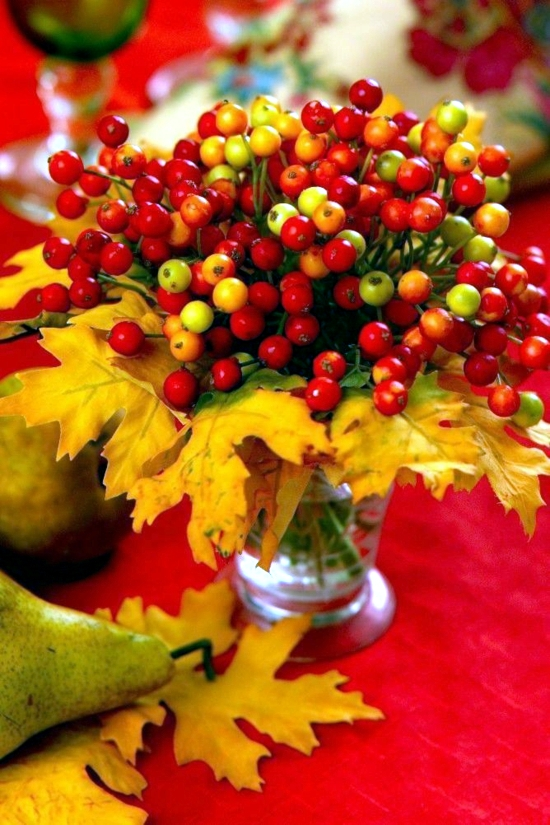 Colorful autumn decoration with leaves - craft ideas for indoors and outdoors