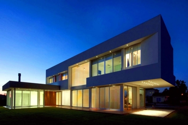 Concrete building with glass fronts in the Bauhaus style of Vanguarda Architects | Interior ...