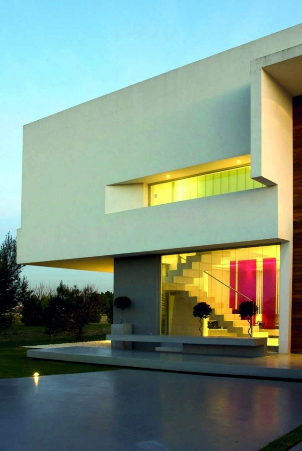 Concrete building with glass fronts in the Bauhaus style of Vanguarda Architects