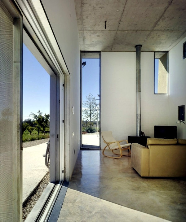 Concrete house with extensive green roof in Alicante, Spain