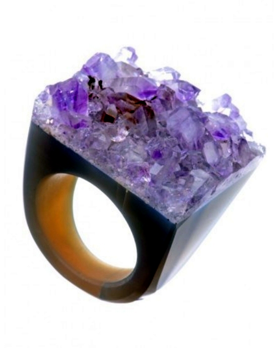 Cool designer rings made of quartz crystals in the trendy colors of Joya