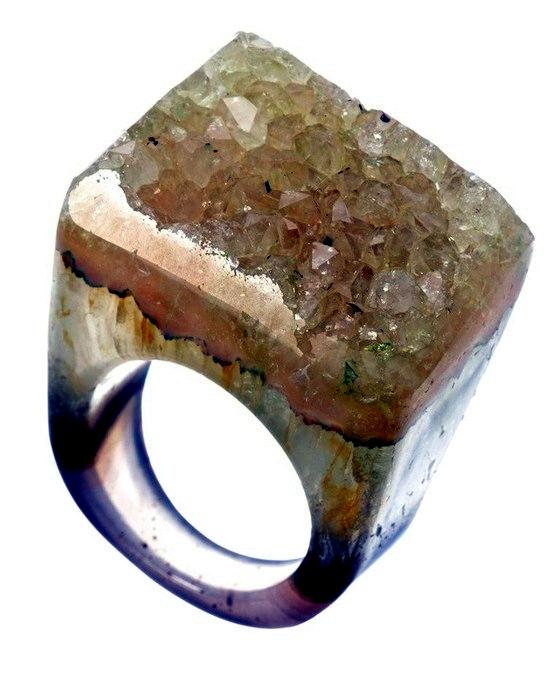 Cool designer rings made of quartz crystals in the trendy colors of Joya