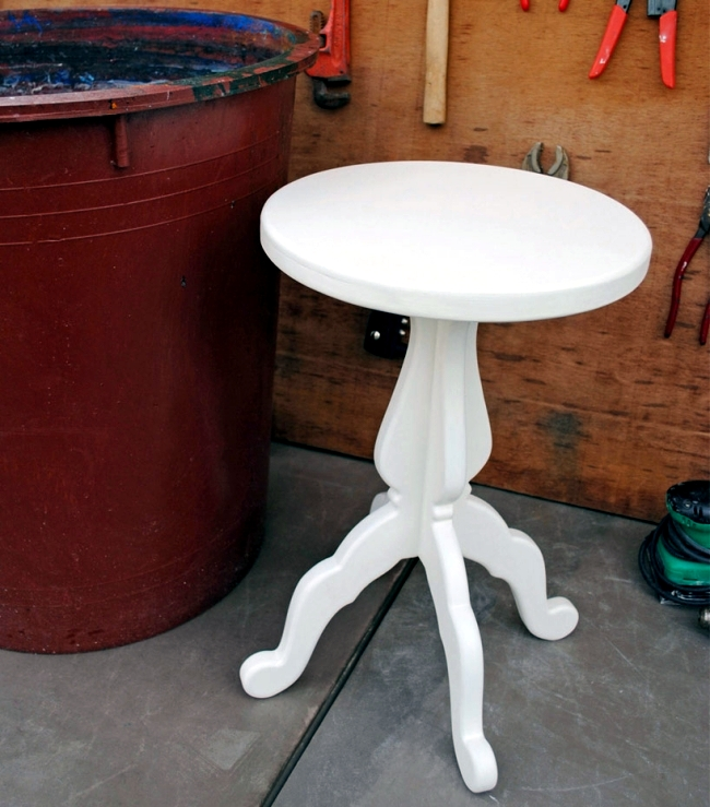 Creates colored stools designs with special marble painting technique