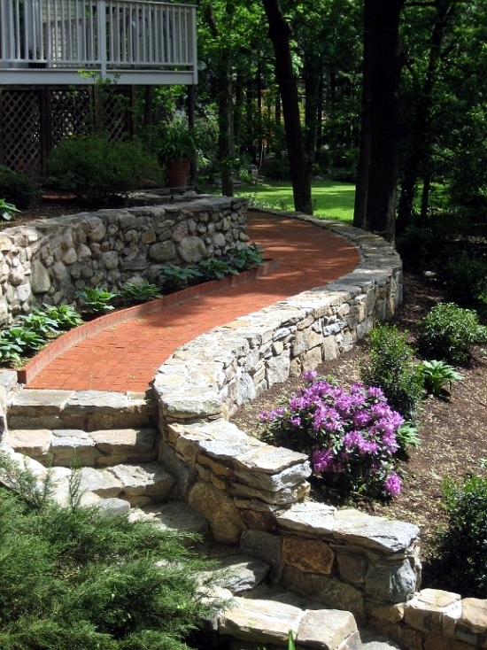 Creating a garden path advantages of a floor covering made of bricks and clinkers