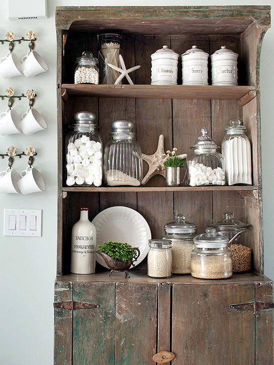 Decorate one's home with natural materials in the fall