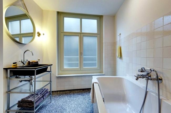 Experience Amsterdam in full trains in the Luxury Family Hotel V Nesplein