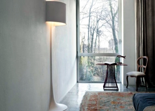 Extravagant design floor lamp in the shape of a vase of Flos