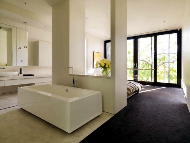 Freestanding bathtub in the bedroom - no clear separation of Bath