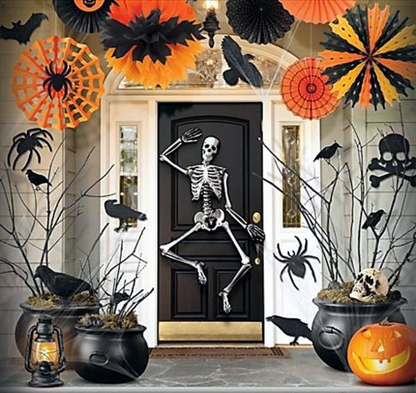 And passersby enjoy halloween accessories to decorate the garden - Halloween Garden Decorations Ideas With Skeletons Skulls