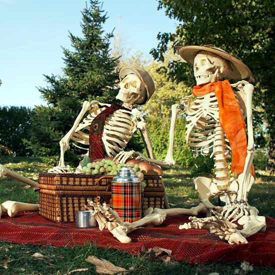 Halloween garden decorations ideas with skeletons skulls for Decoration exterieur halloween