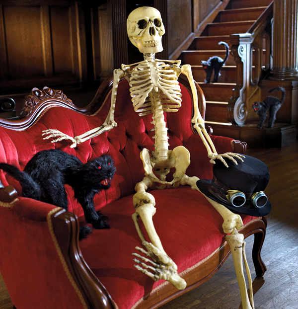 Halloween garden decorations ideas with skeletons, skulls and bones