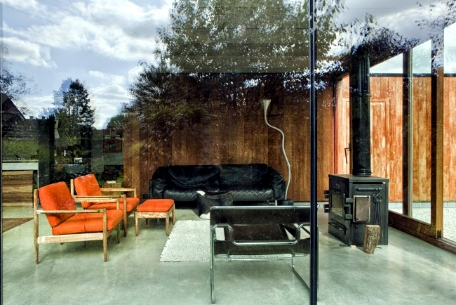 House of glass, wood and concrete combines retro style with minimalism