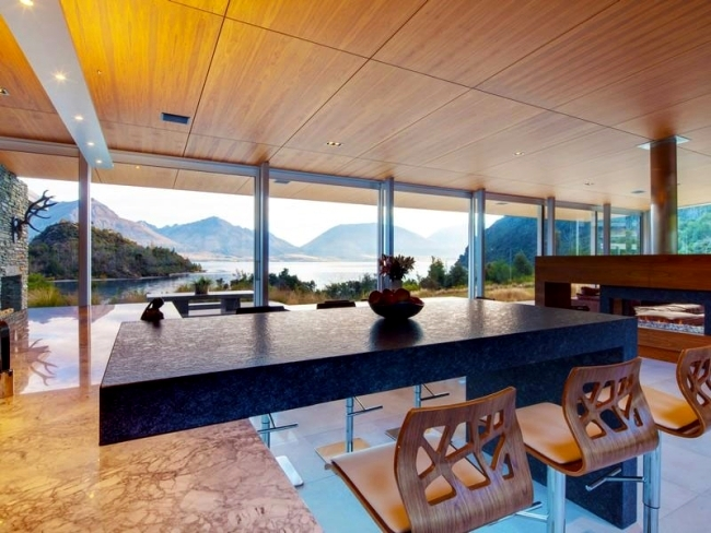House with lake view combines modern design and rustic style