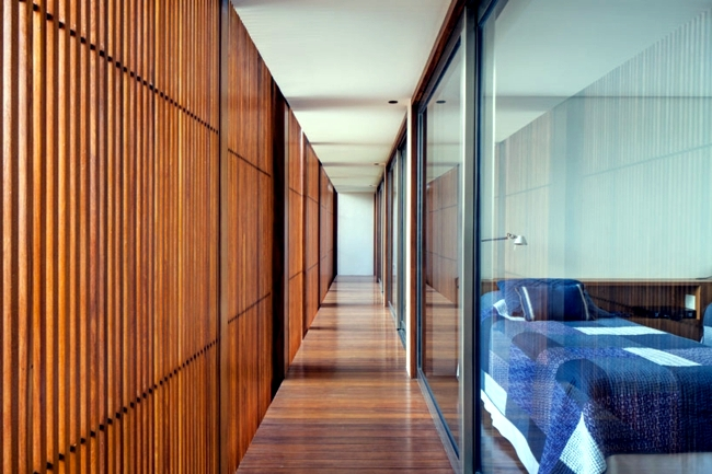 House with wood facade reveals the diversity of teak