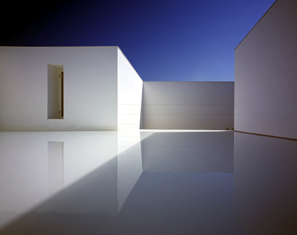 Minimalist house design in white with monolithic for Minimalist house construction