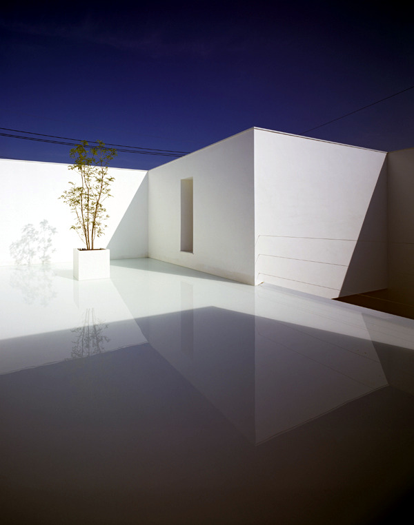 Minimalist House Design in White with monolithic ...