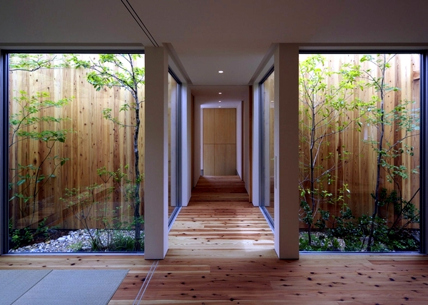 Minimalist wooden house with a courtyard in the middle of for Homes with courtyards in the middle