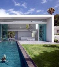 modern-house-of-glass-veschmilzt-the-border-between-inside-and-outside-0-402054323