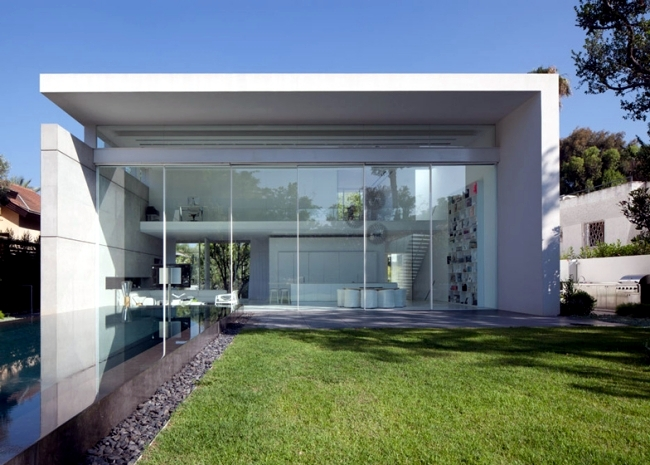Modern house of glass veschmilzt the border between inside and outside
