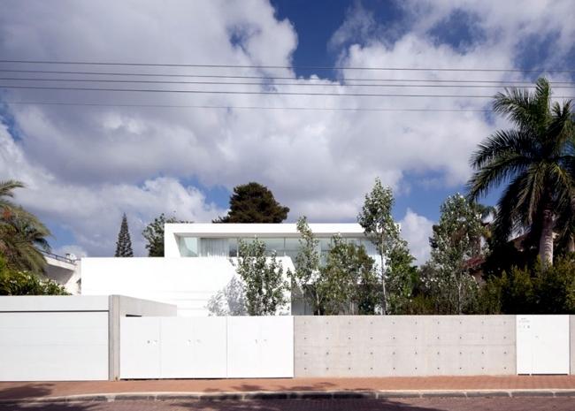 Modern house of glass veschmilzt the border between inside and