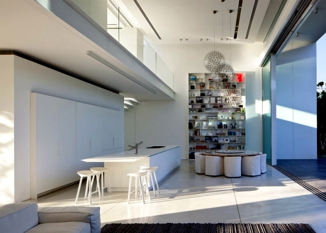 Modern house of glass veschmilzt the border between inside and outside