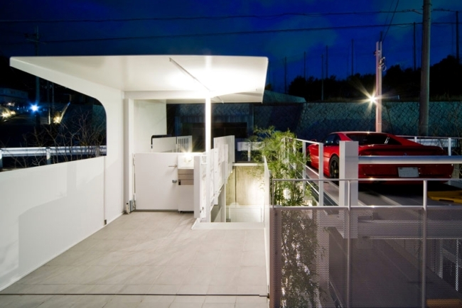 Modern house on hillside offers interesting solution for more parking