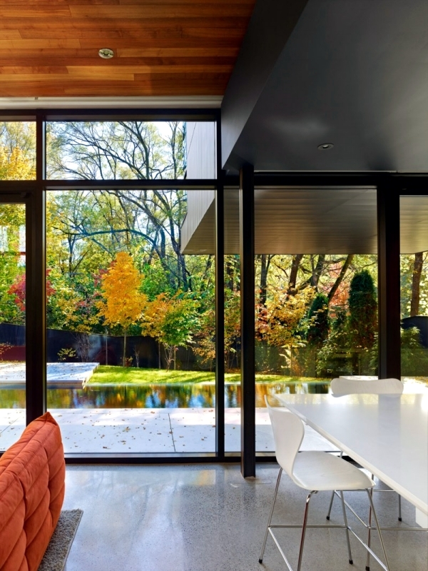 Modern house with glass fronts in Toronto offers attractive residential style
