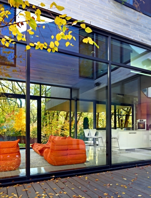 Modern house with glass fronts in Toronto offers ...
