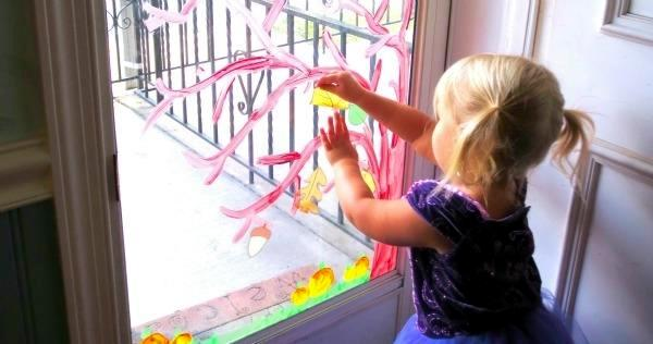 Put homes with children paintings decorate children's art scene