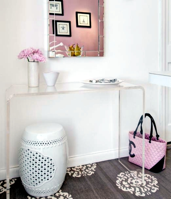 Small apartment in Manhattan in pink nuances shows female style