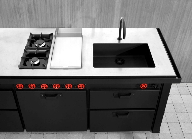 The fascinating black stainless steel cooking island of Mina Minacciolo