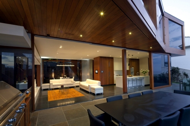Three-piece design villa with step-like structure at the beach